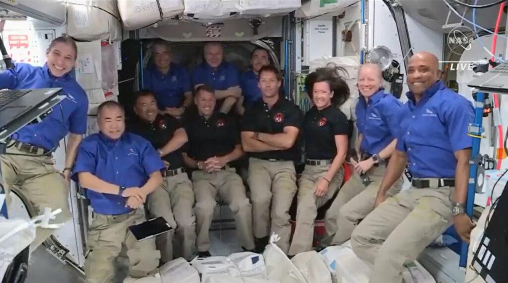 11 osób na ISS