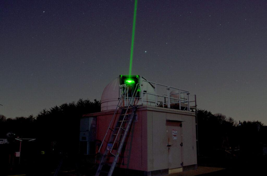 Nadajnik lub odbiornik laserowy