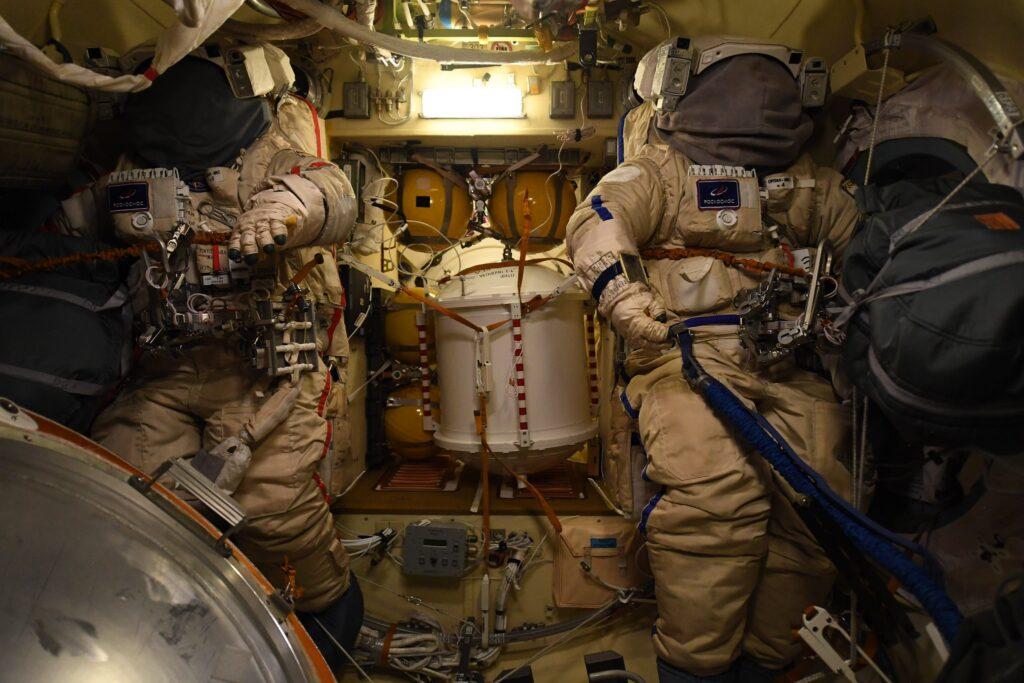 Skafandry niebieski - Piotr Dubrow oraz czerwony - Oleg Nowickij. ISS